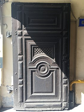 Дверь (ворота) в арке дома.jpg