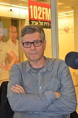 """עמוס בידרמן בהקלטת התכנית """"תעודת עיתונאי"""" באולפן רדיו תל אביב.JPG"""