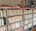 ガリ本図書館の書架.jpg
