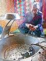 008 Fàbrica de seda Yodgorlik, Imom Zahiriddin Ko'chasi 138 (Marguilan), bullint els capolls.jpg