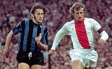 Un frangente della finale di Coppa dei Campioni 1971-1972 tra Inter e Ajax: la maglia degli olandesi (a destra) già sfoggia il logo del fornitore tecnico, cosa all'epoca non ancora permessa sopra le divise dei club italiani.