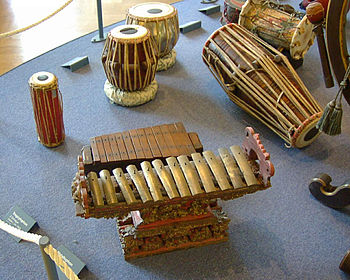 Some ethnic percussion instruments Français : ...