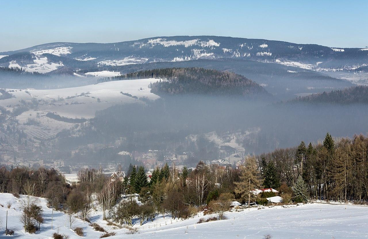 Brume sur la ville polonaise de Nowa Ruda et les Góry Sowie, dans les Sudètes centrales.  (définition réelle 4551×2958)