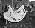Aanbieding Surinaamse vlag aan koningin Juliana, Bestanddeelnr 910-8777.jpg