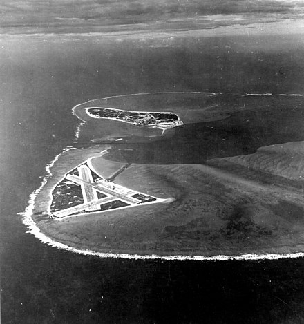 Midway Atoll in November 1941, looking west Aerial view of Midway Atoll on 24 November 1941 (80-G-451086).jpg