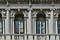 Ala Napoleonica Procuratie dettaglio centrale finestre.jpg