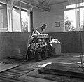 Arbeider bij een pomp in een gemaal in de Nickeriepolder, Bestanddeelnr 252-5562.jpg