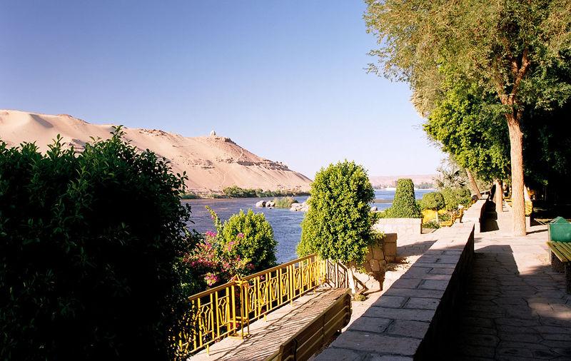 أصحابى وصحباتى ..تعرف / تعرفي على اجمل الحدائق في العالم / موضوع متجدد - صفحة 2 800px-Aswan%2C_Kitchener%27s_Island%2C_view_to_Nile%27s_west_bank%2C_Egypt%2C_Oct_2004