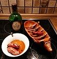 Auf einem portugisischen keramischen Tischgrill mit Aguardiente flammbierte Chorizo-Würste.jpg