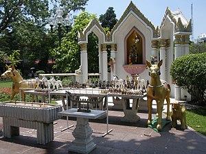 Vimanmek Mansion - Image: Autel Rama V dans le parc du palais Vimanmek