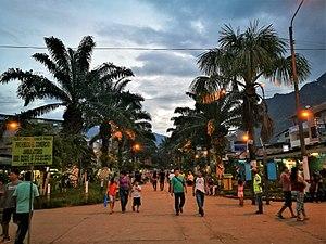 Tingo María - Image: Avenida Alameda Peru de Tingo María de nit