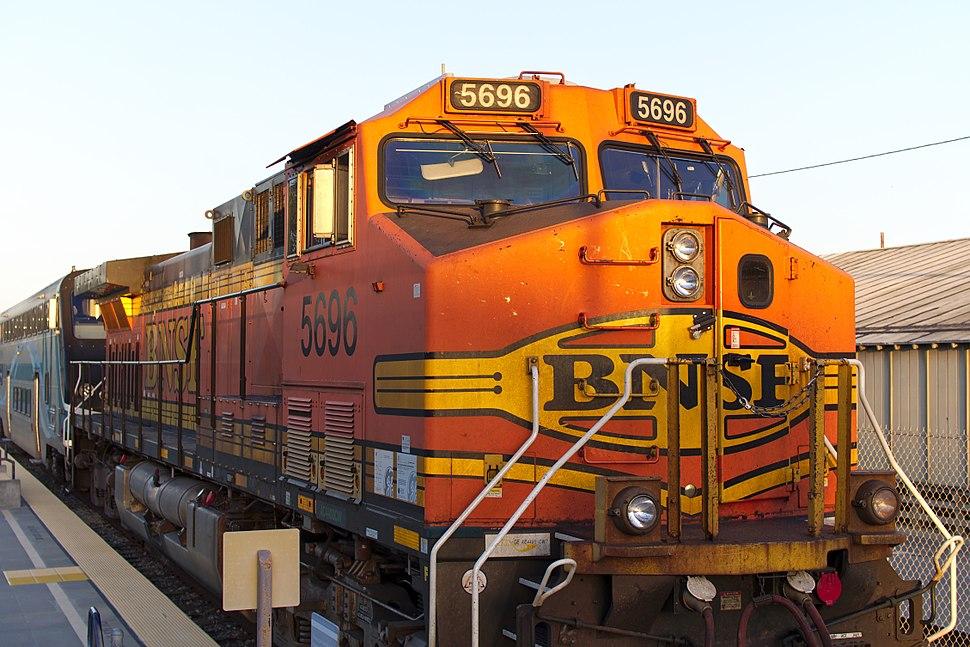 BNSF 5696 pulling Metrolink into East Ventura station 2016-03-25