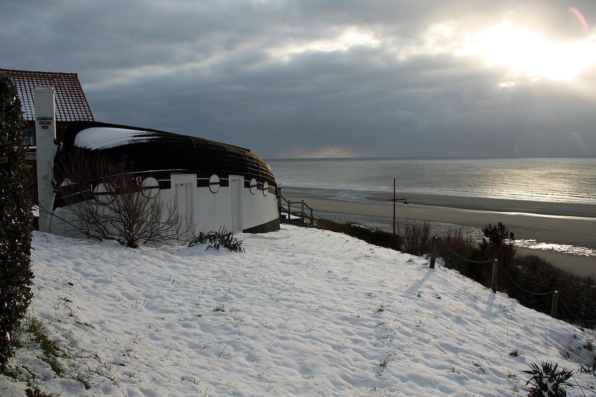 Barque retournée faisant usage d'habitation sous la neige.jpg