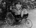 Benz-Patent-Motorwagen-mit-Thilde,-Clara-und-Ellen-Benz.png