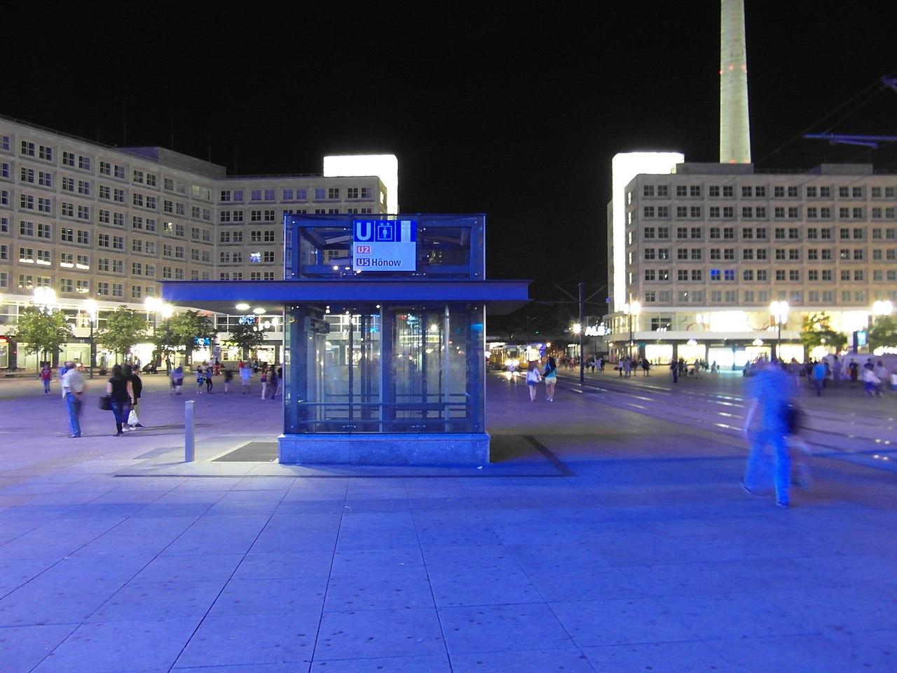 Berlin - U-Bahnhof Alexanderplatz (7811726782).jpg