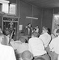 Bijeenkomst in een jesjiva (Talmoedschool). Een rabbijn geeft uitleg aan de leer, Bestanddeelnr 255-3036.jpg