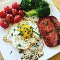 Breakfast with fried egg, seared Spam and cherry tomatoes, steamed broccoli 目玉焼き、焼きスパムとトマト、蒸しブロッコリーの朝食.jpg