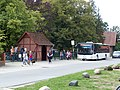 Brockum Bushaltestelle Schule mit Bus.jpg