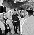 Bruid en bruidegom staan onder de Choepa terwijl de rabbijn aan het voorlezen is, Bestanddeelnr 255-1996.jpg