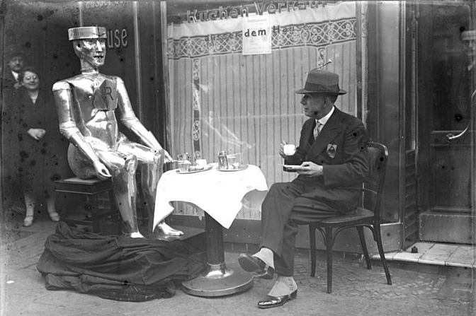 Bundesarchiv Bild 102-09312, Berlin, Roboter mit seinem Erfinder.jpg