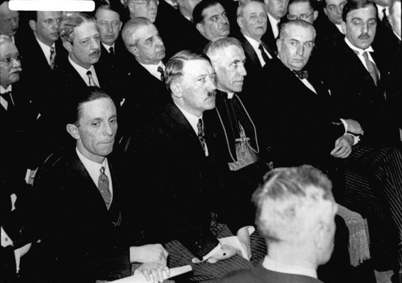 Bundesarchiv Bild 102-14492, Berlin, Presseempfang mit Goebbels und Hitler