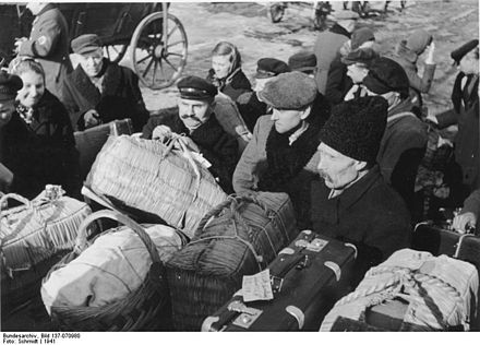 Baltic German settlers from occupied Lithuania arriving in Dzialdowo (Soldau), 1941 Bundesarchiv Bild 137-070980, Soldau, Umsiedlung Litauendeutscher.jpg