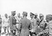 Bundesarchiv Bild 146-1977-017-10A, Nordafrika, Rommel mit Offizieren