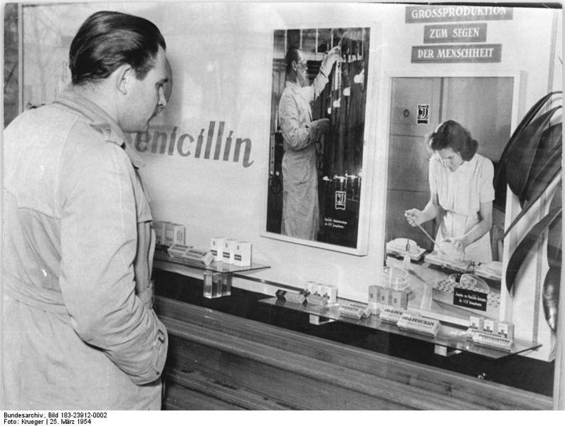 """File:Bundesarchiv Bild 183-23912-0002, Königs Wusterhausen, """"Märkische Apotheke"""", Schaufenster.jpg"""