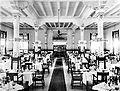 COLLECTIE TROPENMUSEUM De eetzaal in het hoofdgebouw van Hotel des Indes in Weltevreden Batavia TMnr 10021912.jpg