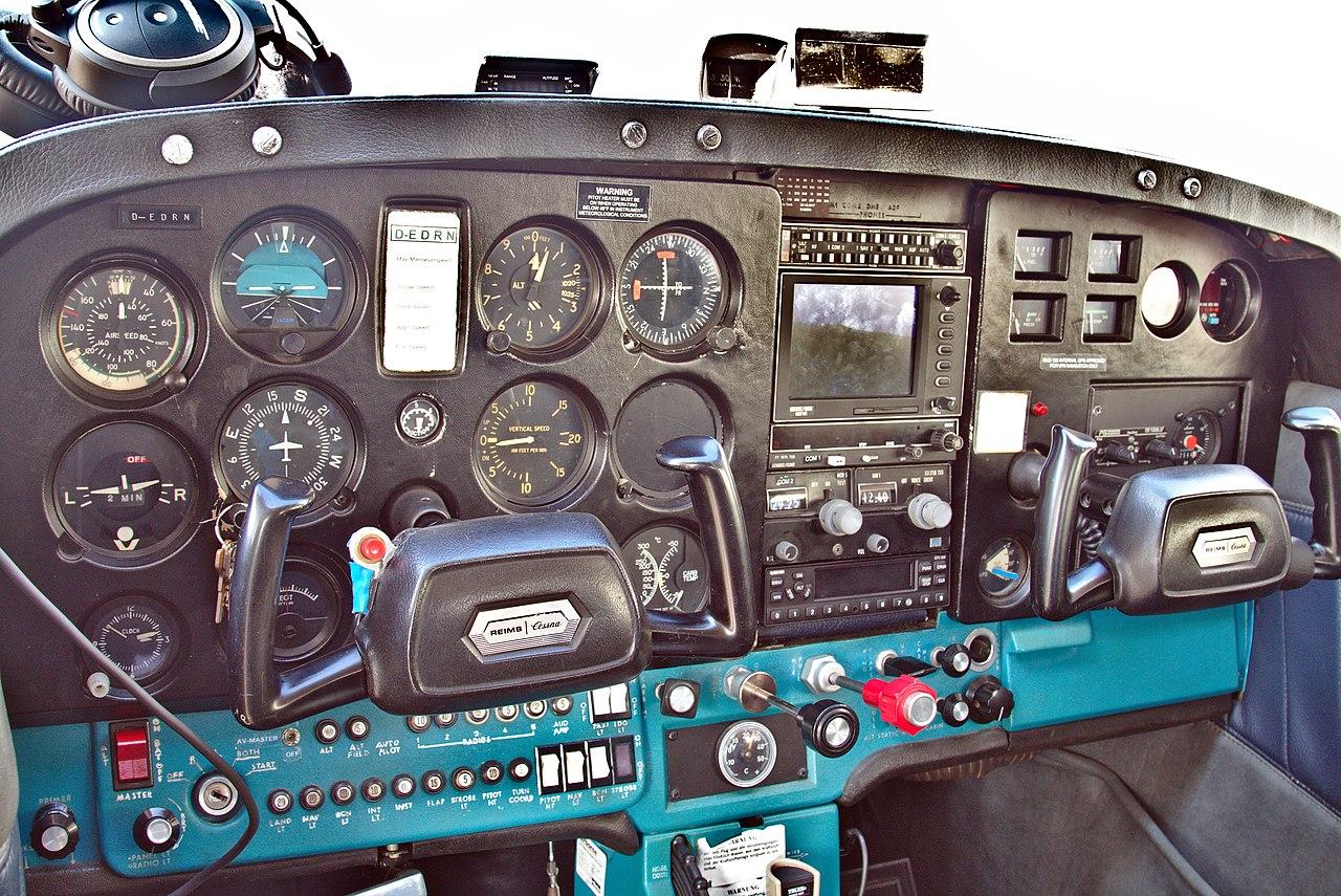 File:Cessna 172 D-EDRN cockpit jpg - Wikimedia Commons