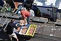 Déchargement des langoustines au Guilvinec.jpg