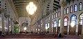 Damaskus, Omayadenmoschee, Innenraum mit grün beleuchtetem Schrein Johannes d. Täufers (37989205274).jpg