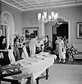 De koningin begroet degene die verantwoordelijk was voor de geschenken die kinde, Bestanddeelnr 252-3795.jpg