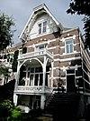 foto van Helft van een vrijstaande dubbele villa in neo-renaissance stijl