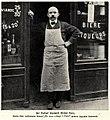 Der Pariser Gastwirt und Romancier Michel Pons vor seinem Lokal, 1911.jpg