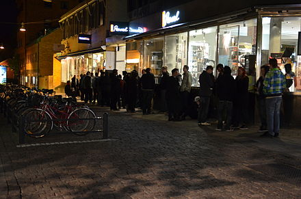 People queuing for the release in Uppsala, Sweden Diablo III midnattsko.JPG