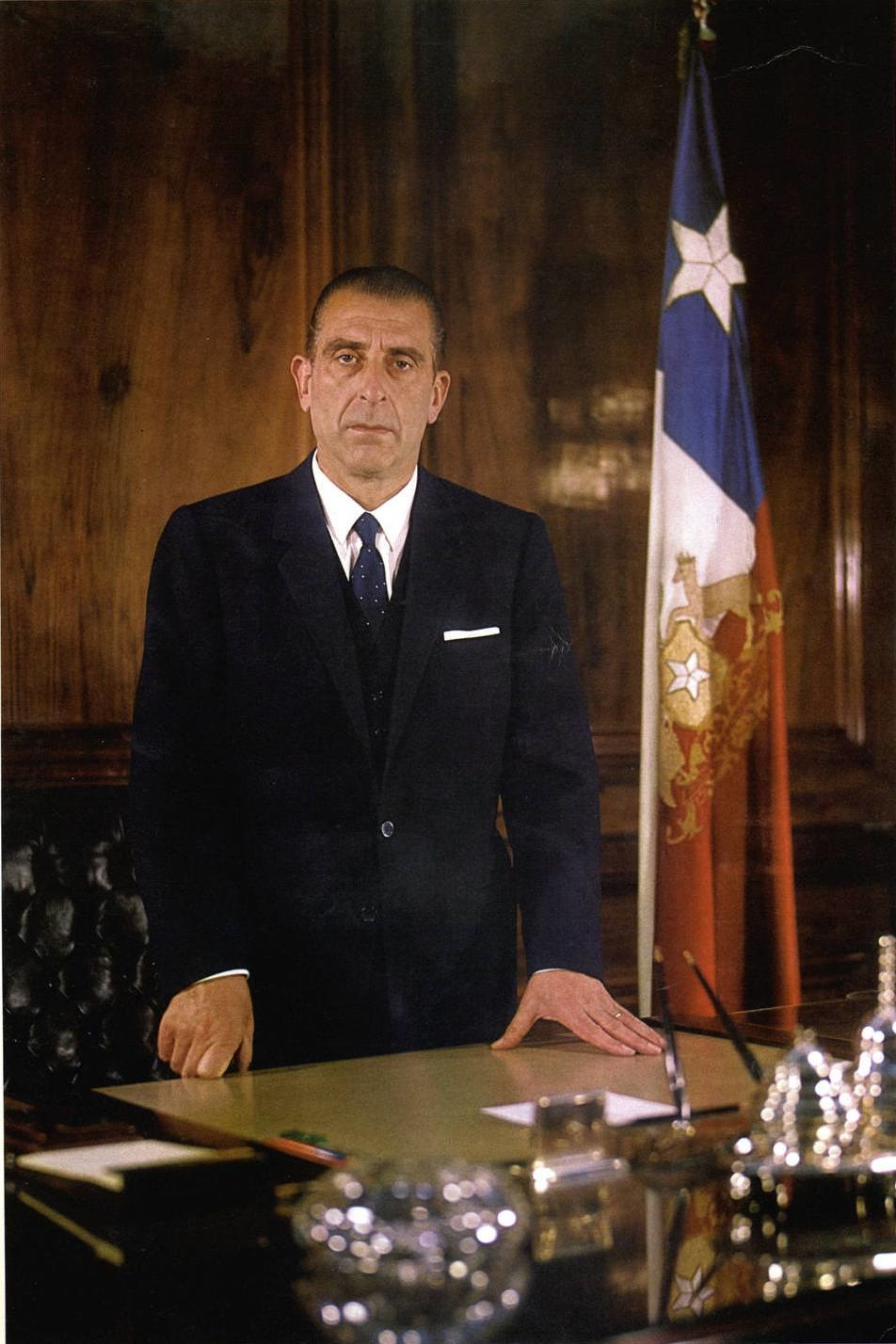 Eduardo Frei Montalva en su escritorio de La Moneda