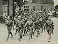 """Een detachement Nederlandse militairen passeert een defileerpunt (""""Hoofd Links"""") – F42261 – KNBLO.jpg"""