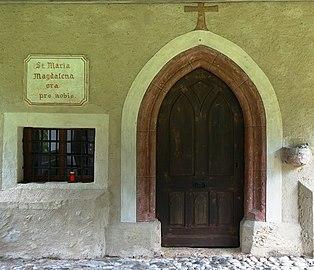 Eingang Kath. Filialkirche hl. Magdalena, Feistritz an der Gail, Kärnten.jpg