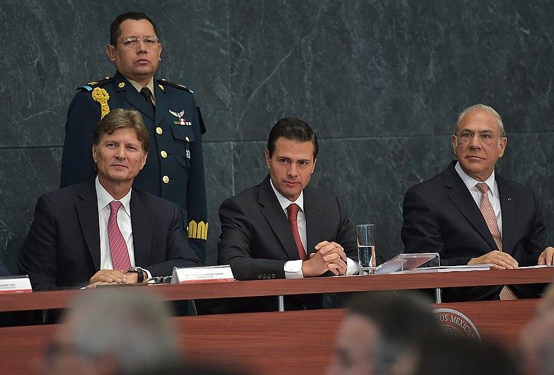 File:Enrique de la Madrid, Enrique Peña Nieto y José Ángel Gurría en la Presentación del Estudio de la Política Turística de México.jpg