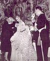 Eva Perón revisando su vestido.jpg
