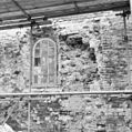 Exterieur venstertje in de zuidgevel van het schip, links ervan is de rechter dagkant zichtbaar van een dichtgemetseld tufstenen venstertje. - Godlinze - 20078806 - RCE.jpg