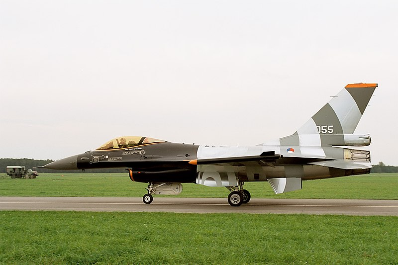 http://upload.wikimedia.org/wikipedia/commons/thumb/c/c1/F-16_MLU_of_Royal_Netherlands_Air_Force%27s_Solo_Display_Team_%28reg._J-055%29,_taxiing,_Radom_AirShow_2005,_Poland.jpg/800px-F-16_MLU_of_Royal_Netherlands_Air_Force%27s_Solo_Display_Team_%28reg._J-055%29,_taxiing,_Radom_AirShow_2005,_Poland.jpg