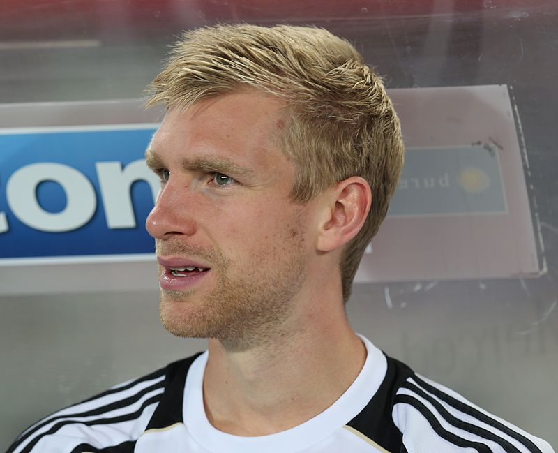 The 33-year old son of father Stefan Mertesacker and mother(?), 196 cm tall Per Mertesacker in 2017 photo