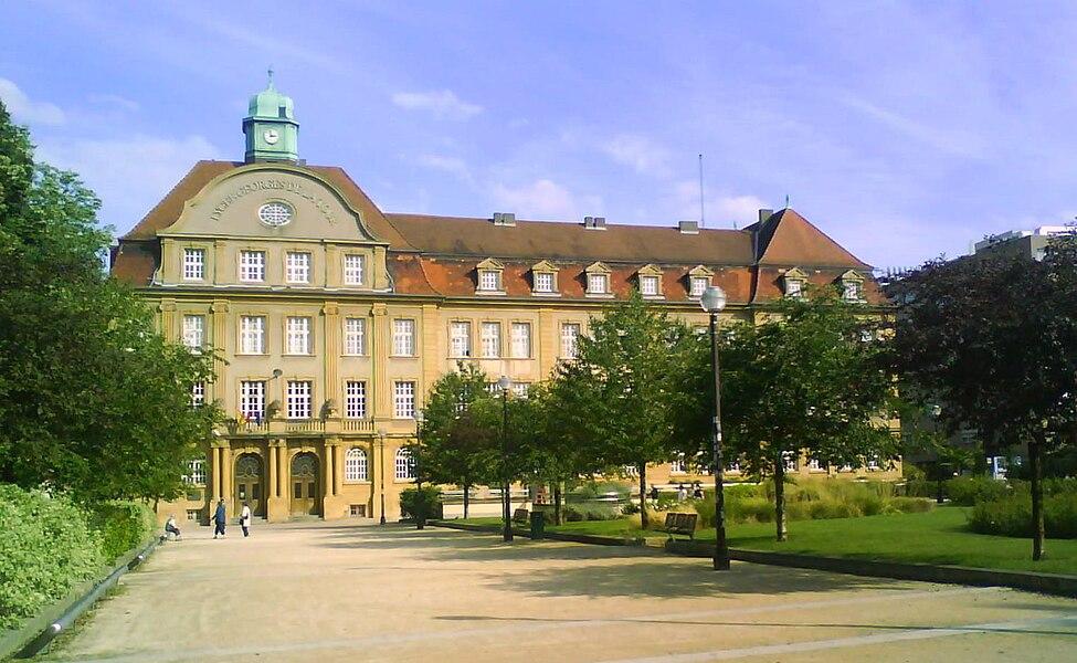 Photographie de la façade du Lycée Georges-de-La-Tour de Metz prise sur la place de Maud'huy