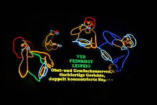 "An der Karli - Feinkost Leipzig Leuchtreklame ""Löffelfamilie"" - Prolineserver / CC-BY-SA-3.0 (via Wikimedia Commons)"