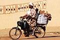 Femme à moto avec sa fille à Ouagadougou.jpg