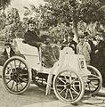 Fernand Charron, vainqueur de Marseille-Hyères-Nice, en mars 1898 sur Panhard (chauffeur Knowles, arrivée).jpg