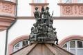 Figuren auf Brunnen vor Rathaus Hof 20200214 RAW.png