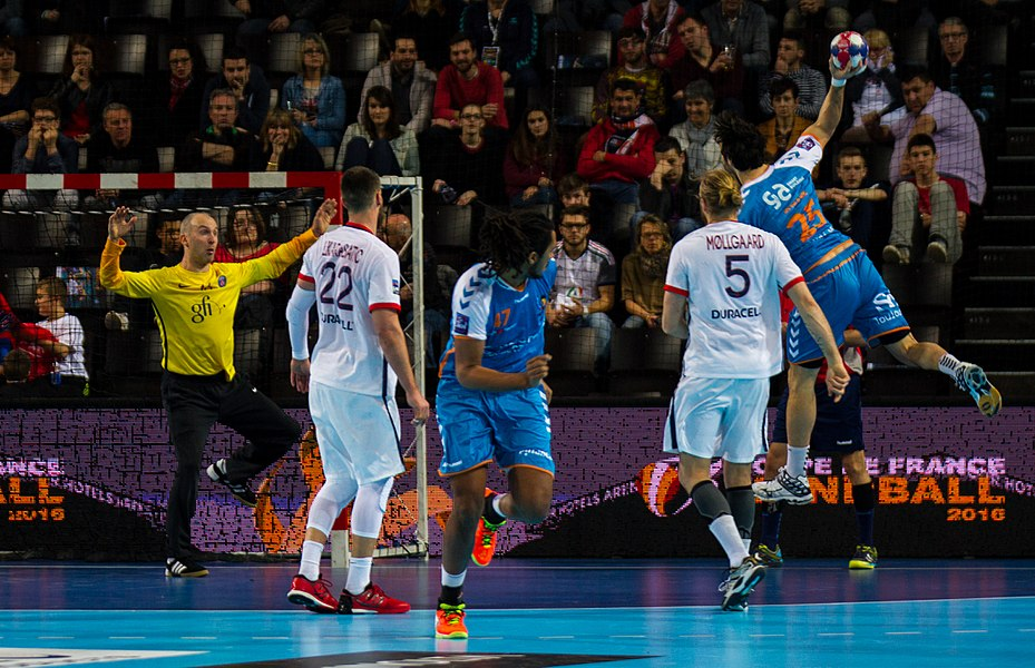 Semi-finale of the Handball League Cup, between Fenix Toulouse and PSG: Rémi Clavel shoots in Thierry Omeyer's goal.